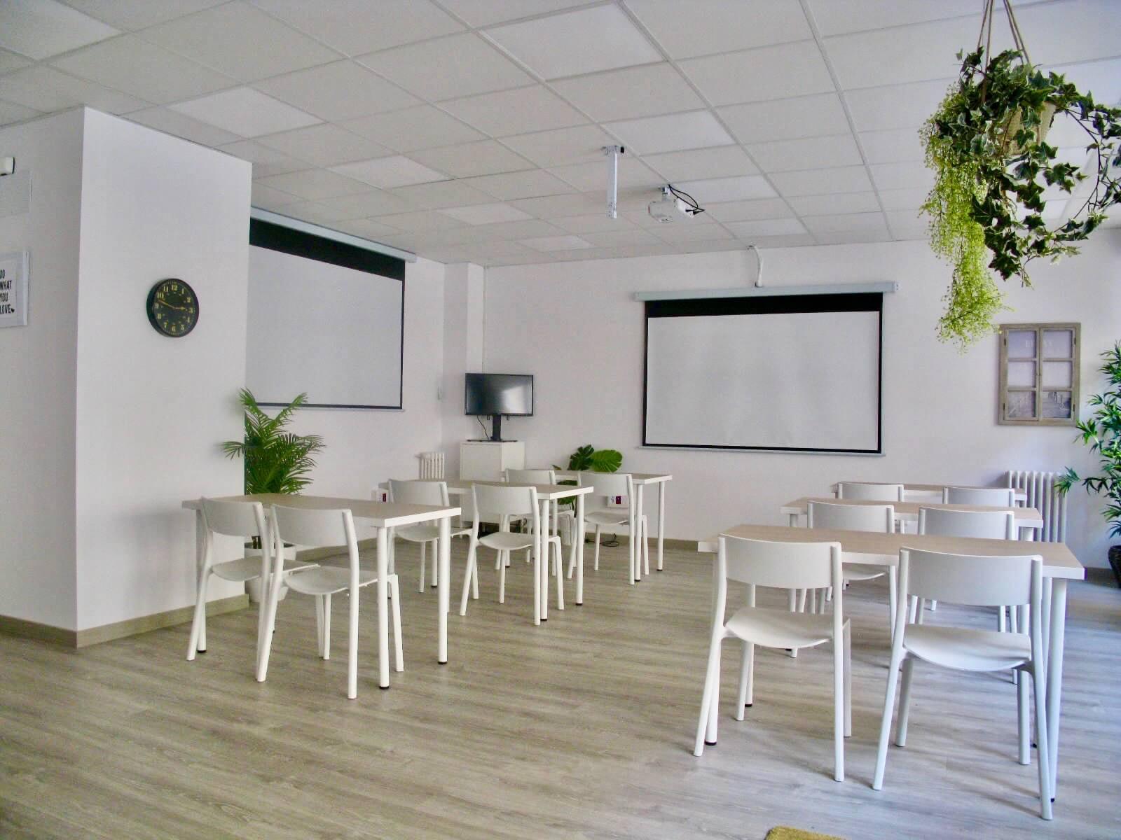 Sala El Trampolin formación con escritorios